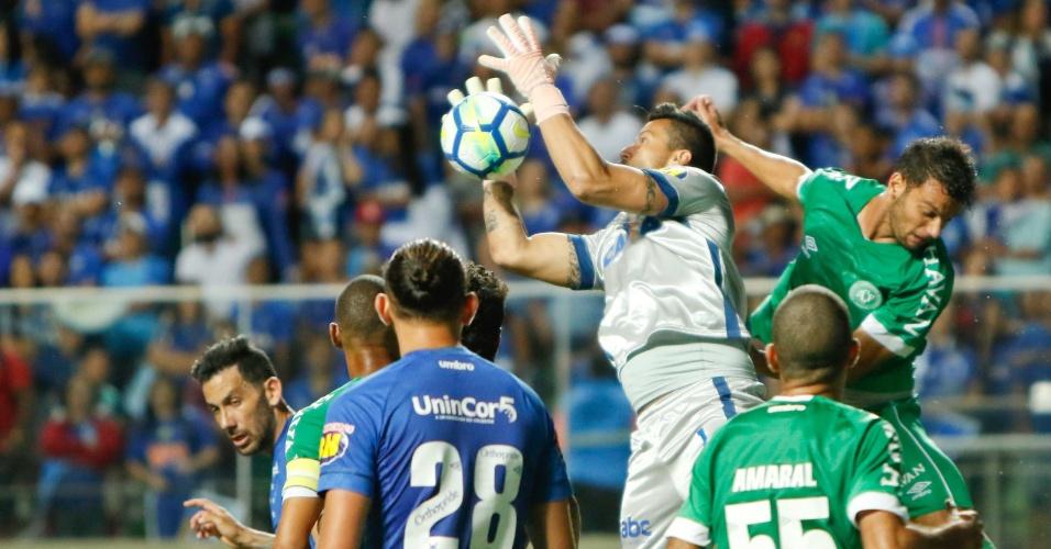 1209dbccf2eea O goleiro Fábio evita cruzamento na área no jogo entre Cruzeiro e  Chapecoense