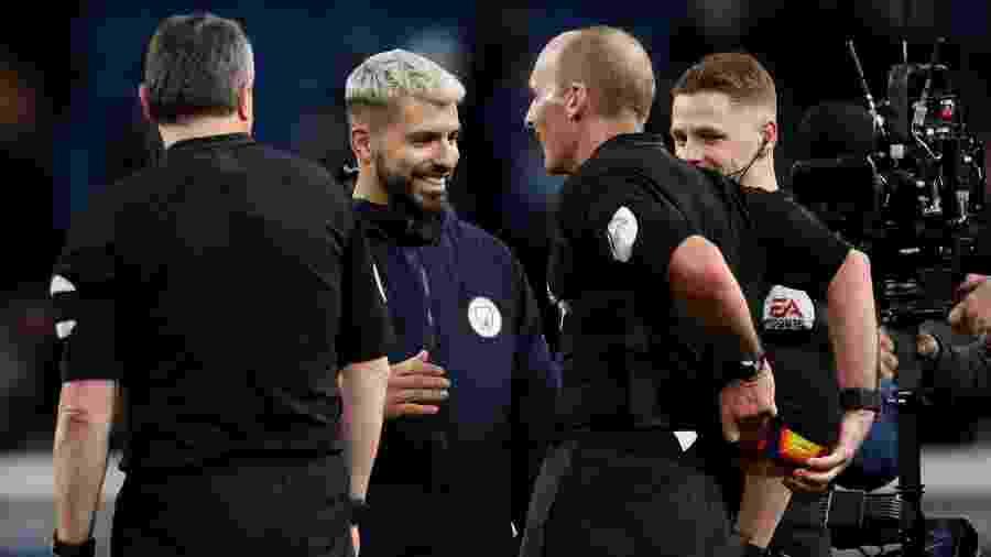 Após hat-trick de Aguero, árbitro Mike Dean escondendo a bola do jogo do argentino - Carl Recine/Reuters