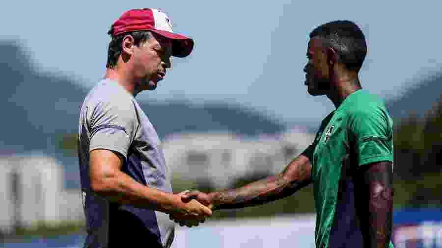 Diniz conversa com Calazans durante treino do Flu: atacante tem entrado com frequência - Lucas Merço/Fluminense