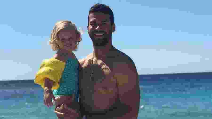 Alisson Becker combina sua sunga com o maiô da filha Helena - Reprodução/Instagram
