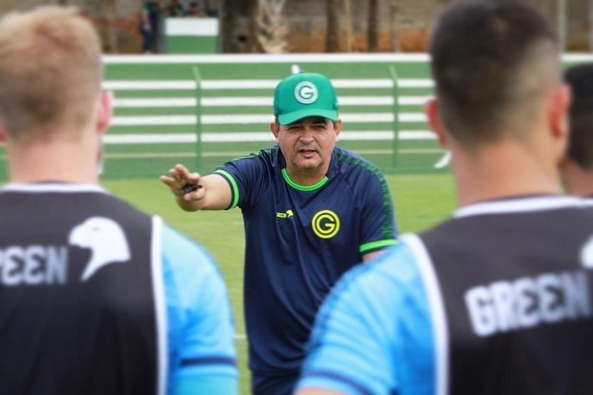 Técnico Ney Franco comanda treino no Goiás