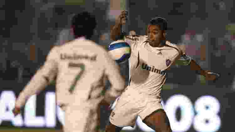 Roger bate firme para marcar o gol do título do Fluminense na Copa do Brasil de 2007 - Acervo Flu-Memória - Acervo Flu-Memória