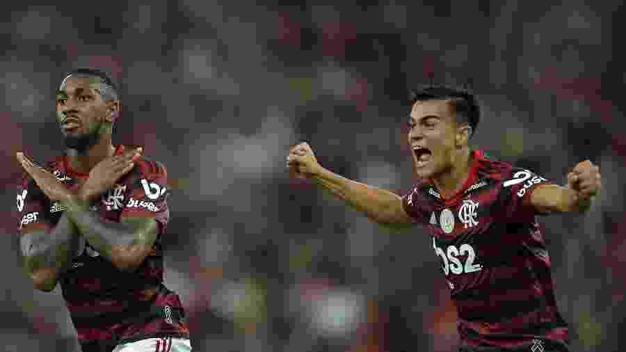 Gerson comemora seu gol pelo Flamengo com o jogador Reinier durante partida contra o Fluminense - Thiago Ribeiro/AGIF