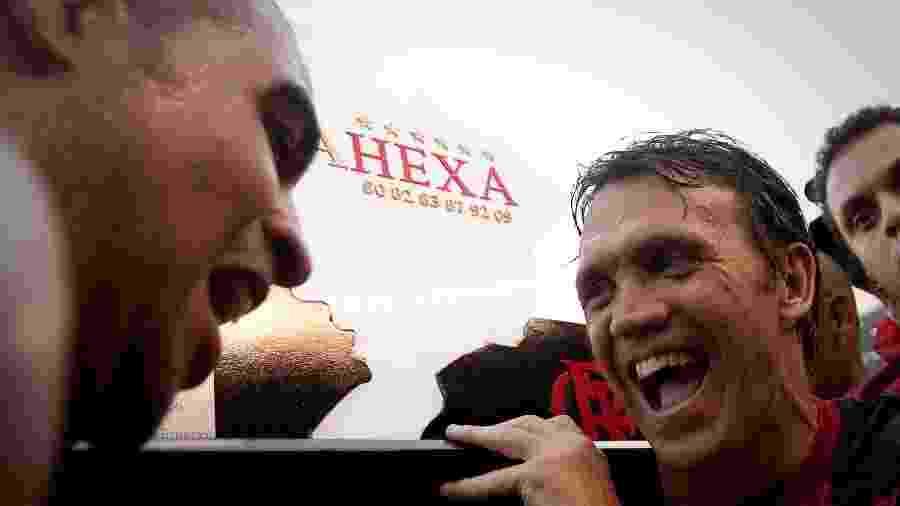 """Adriano (e) e Petkovic (d) festejam título brasileiro em 2009: troféu comemorativo celebrou o que o clube classificou como """"hexa"""" - Ricardo Nogueira/Folha Imagem"""