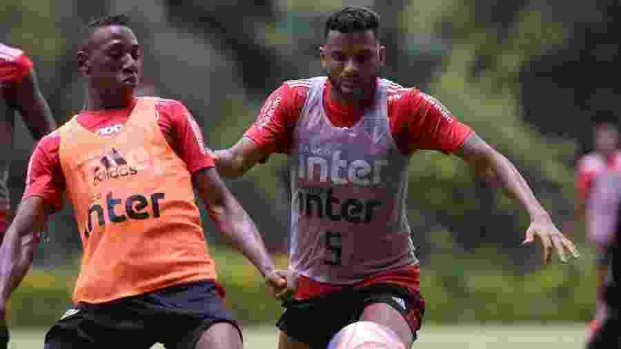 Reinaldo e Léo são os dois laterais do São Paulo pela esquerda para esta temporada - Rubens Chiri/saopaulofc.net