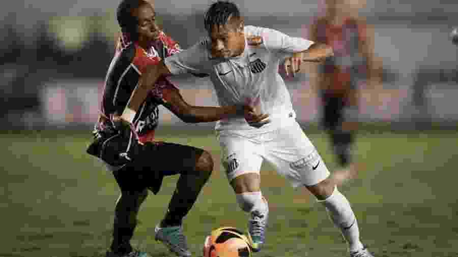 Neymar enfrenta marcação do Joinville em jogo do Santos pela Copa do Brasil-2013 - Ricardo Nogueira/Folha Imagem