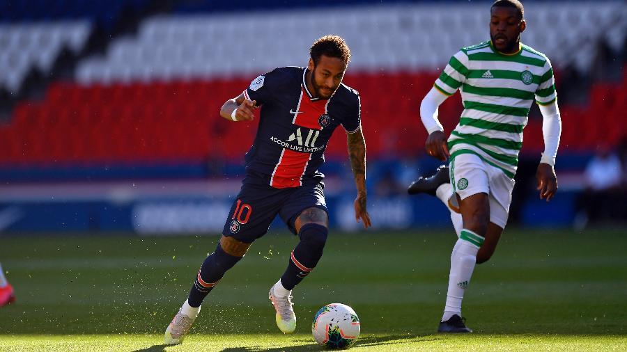 Neymar avança com a bola em jogo-treino contra o Celtic - Aurelien Meunier - PSG/PSG via Getty Images