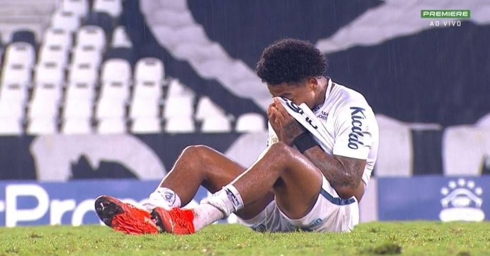 Marinho, do Santos, chora após o empate do Peixe com o Botafogo no Brasileirão