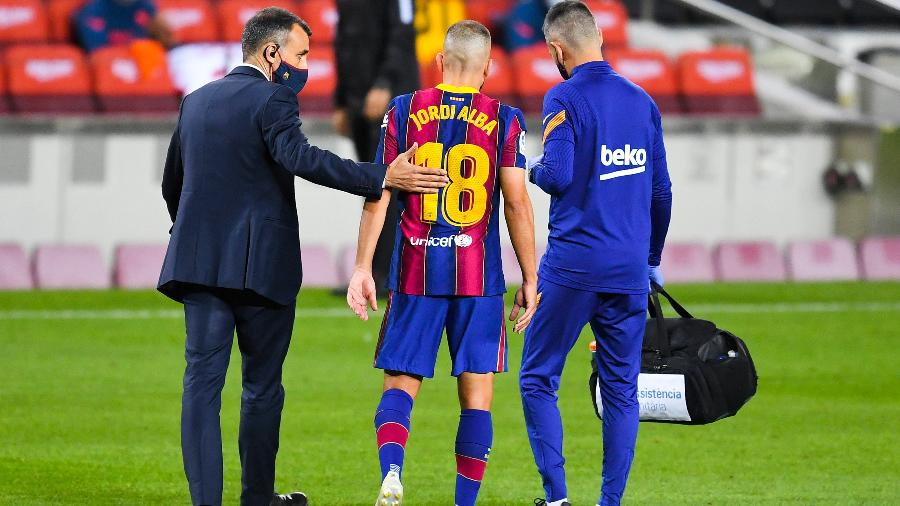 Lateral deixou o gramado com dores na coxa durante o jogo entre Barcelona e Sevilla - David Ramos/Getty Images