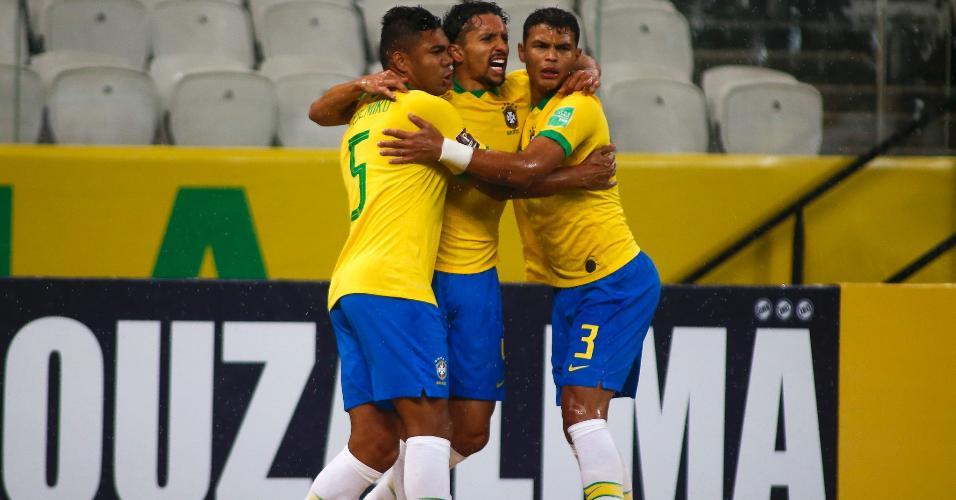 Casemiro, Marquinhos e Thiago Silva comemoram gol do Brasil contra a Bolívia