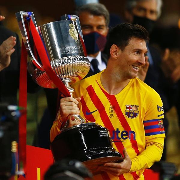Messi levanta a taça da Copa do Rei