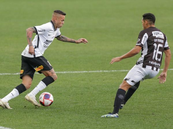 Luan encara a marcação durante Corinthians x Inter de Limeira-SP pelo Paulistão 2021