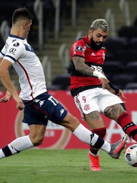 Gabigol tenta a jogada em Flamengo x Vélez pela Libertadores - Antonio Lacerda - Pool/Getty Images