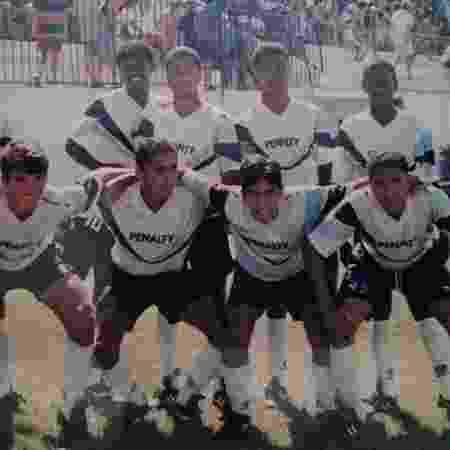 Tinga (em pé, na ponta direita) ao lado dos jogadores da base do Grêmio, em 1995 - Arquivo pessoal - Arquivo pessoal