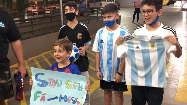 """El joven aficionado de Messi recoge el cartel de la estrella de Argentina y Barcelona: """"Soy tu fan: Messi es el mejor"""" - Bruno Bros / UOL Sport - Bruno Bros / UOL Sport"""