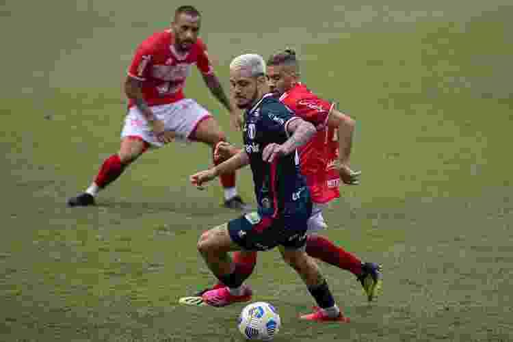 Lucas Crispim, do Fortaleza, disputa lance em partida contra o CRB - Celio Junior/AGIF - Celio Junior/AGIF