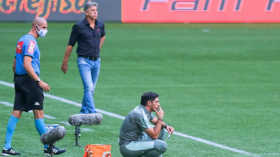 Abel Ferreira, técnico do Palmeiras, com Renato Gaúcho, do Flamengo, ao fundo - Marcello Zambrana/AGIF