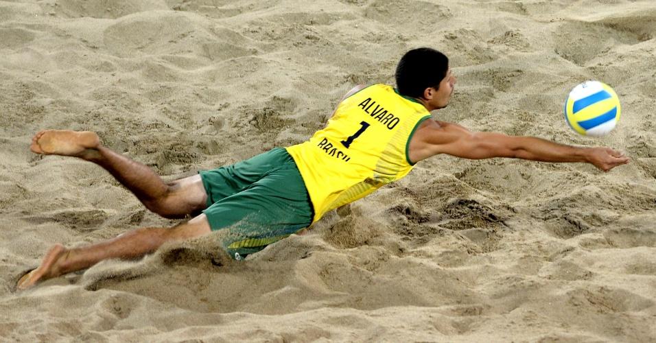 Álvaro se joga na areia para tentar salvar a bola na final do vôlei de praia do Pan de Toronto