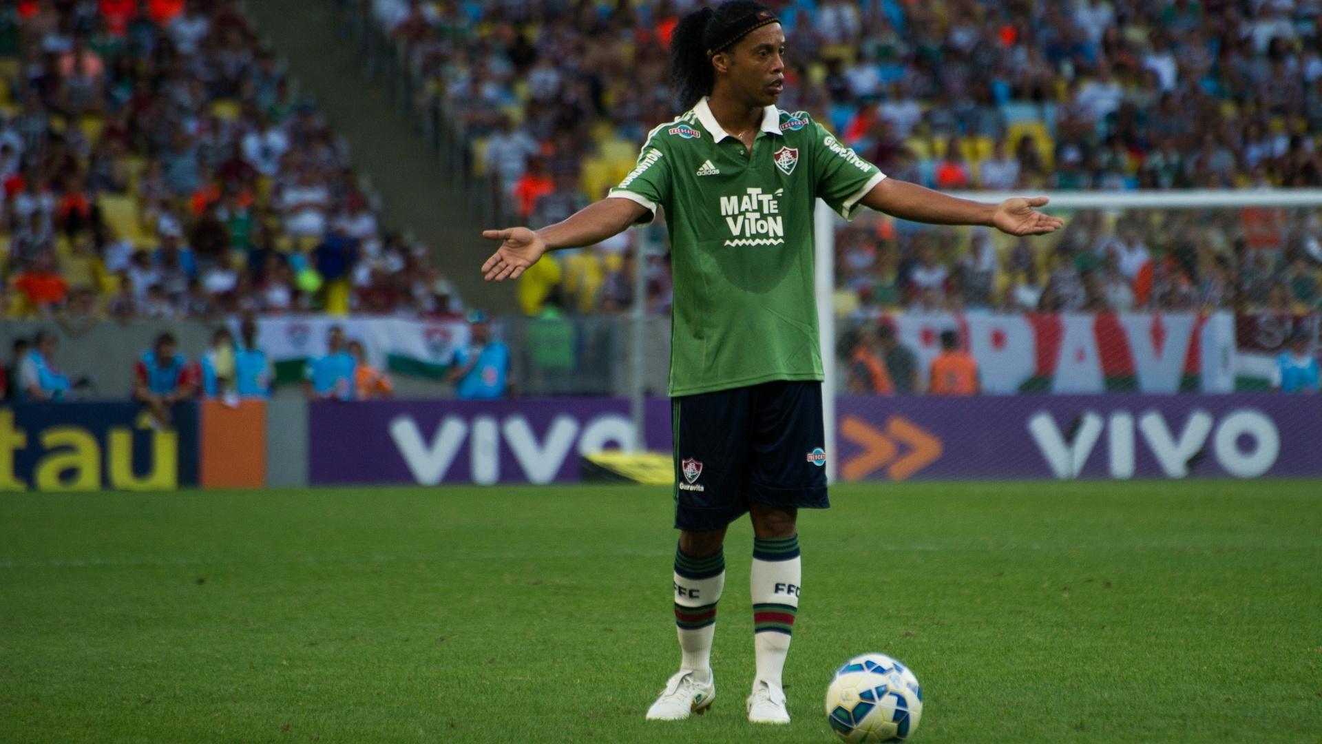 Ronaldinho Gaúcho gesticula durante confronto entre Fluminense e Atlético-MG