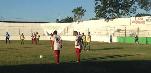 Jogadores do ÍBis se preparam para cobrança de falta durante vitória sobre Timbaúba - Reprodução/Twitter