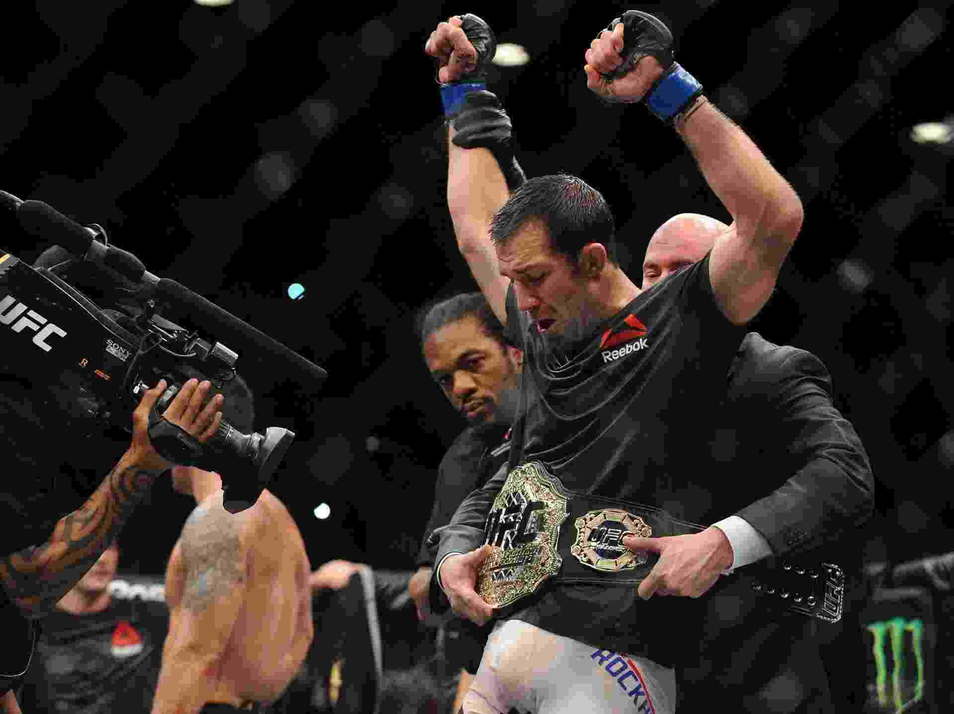 Luke Rockhold recebe o cinturão dos médios depois de vencer Chris Weidman no UFC 194 - Gary A. Vasquez/USA Today Sports