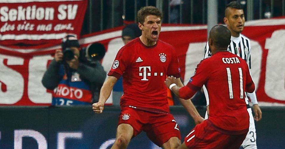 Thomas Müller comemora com Douglas Costa após marcar gol de empate contra a Juventus