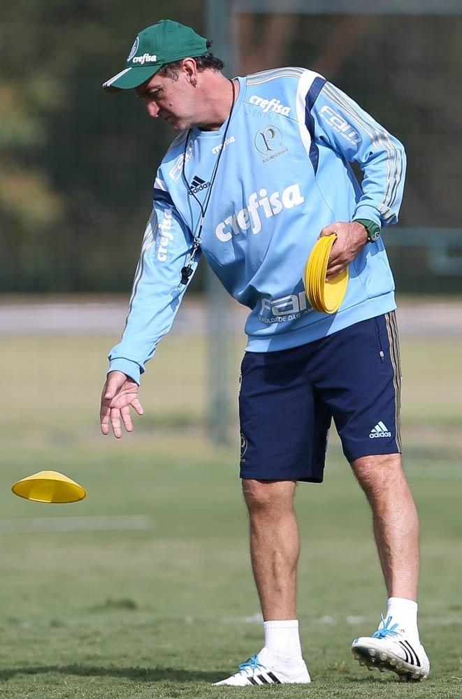 Cuca prepara campo para o treino do Palmeiras realizado em Atibaia