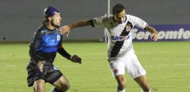 Nenê tenta sair da marcação de Germano na partida entre Vasco e Londrina
