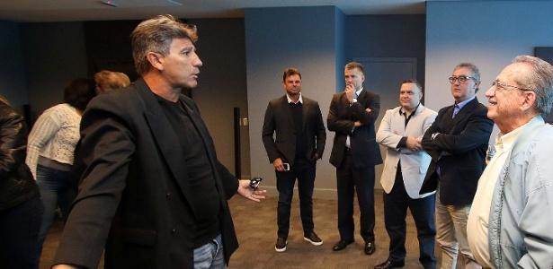 Renato Gaúcho conversa com dirigentes do Grêmio antes de ser apresentado