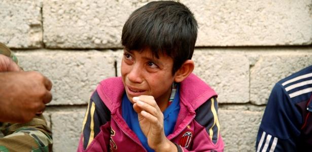 Menino Ismail chora ao contar sua história para os soldados curdos, no Iraque. (28.out.2016)