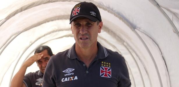 Jorginho e seu auxiliar Zinho (esq.) ligaram o sinal de alerta no Vasco