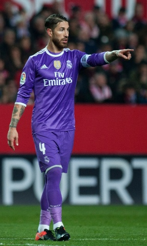 Muito vaiado no Ramón Sánchez-Pizjuán, Sergio Ramos orienta time em campo