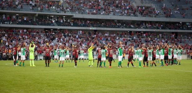 Jogadores de Atlético-PR e Coritiba deixam o gramado em meio a impasse sobre transmissão