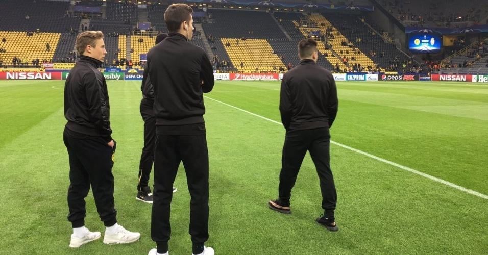 Atletas do Borussia Dortmund chegam ao campo pouco antes do duelo contra o Monaco