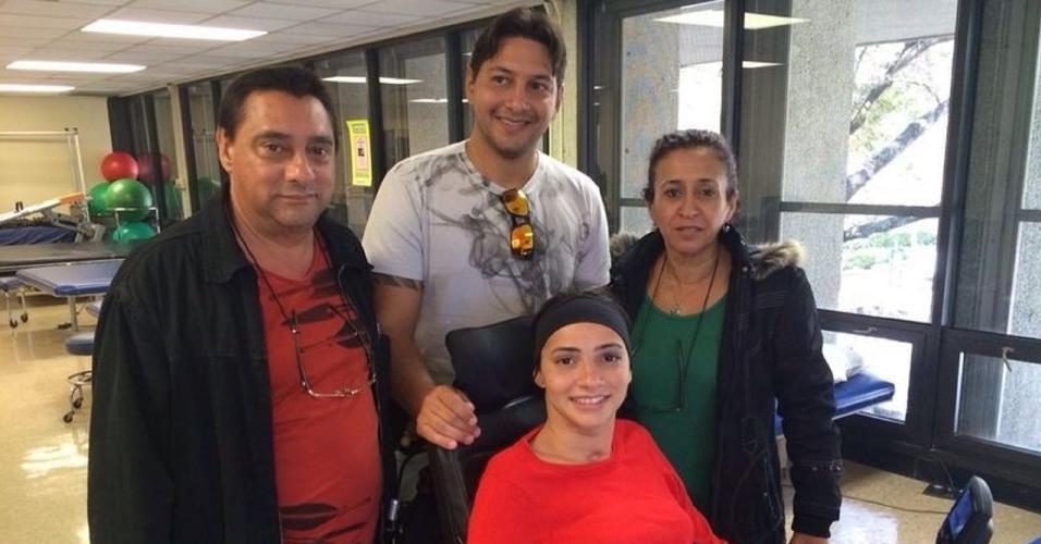 Lais Souza com o pai, mãe e irmão na clínica de reabilitação nos Estados Unidos