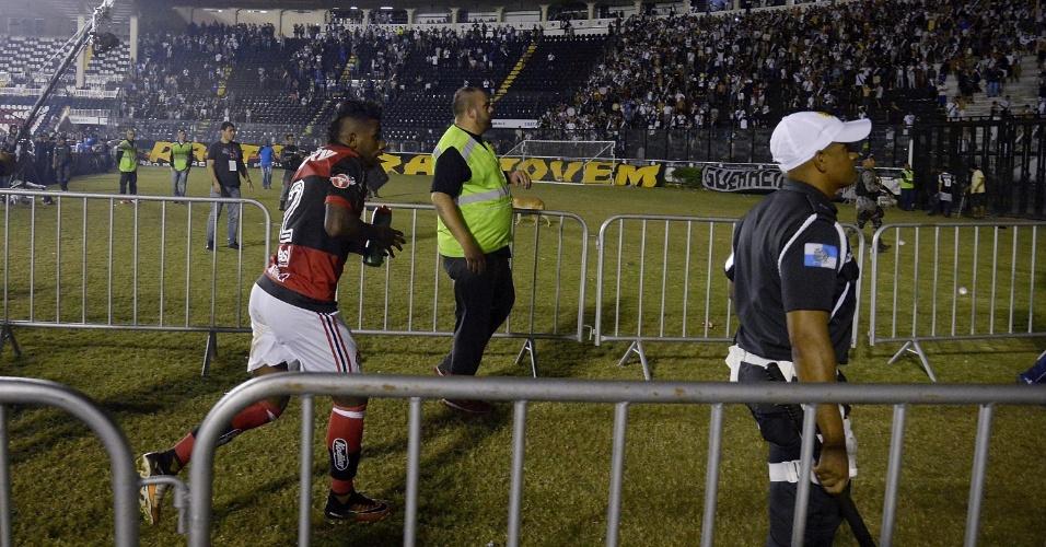 Rodnei corre para fugir da confusão durante a partida entre Flamengo e Vasco