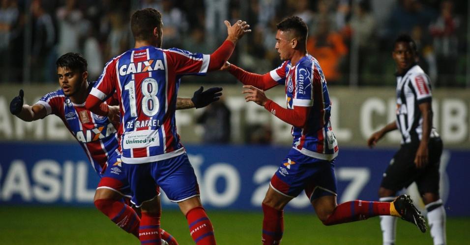 Juninho comemora gol do Bahia contra o Atlético-MG no Independência