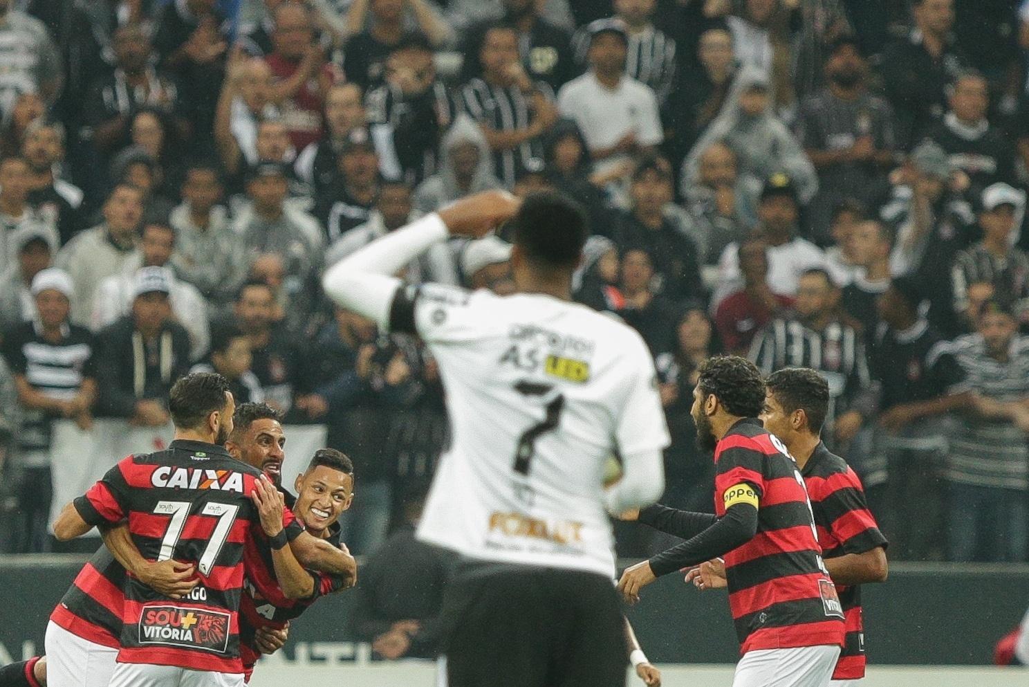 Jô, do Corinthians, observa jogadores do vitória comemorarem gol de Santiago Tréllez