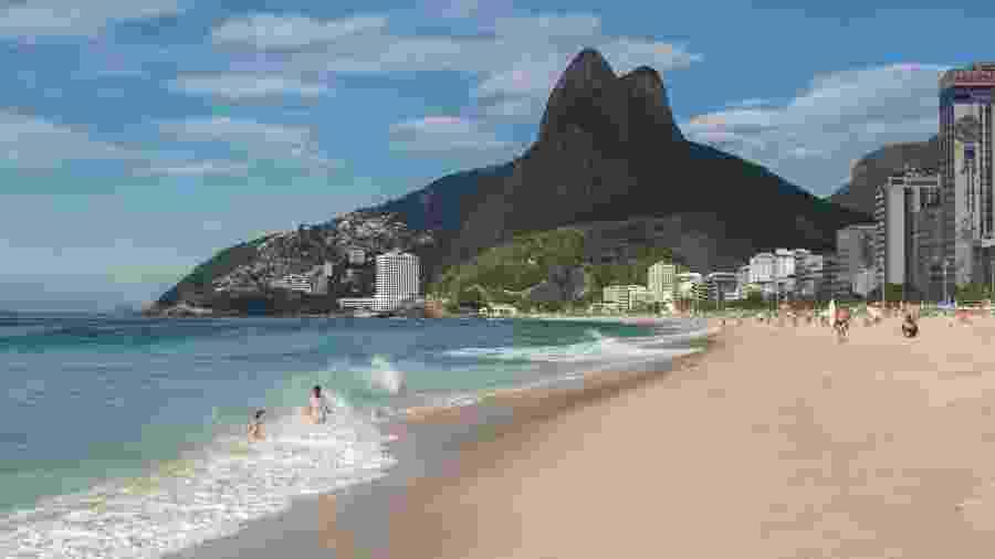 A praia do Leblon é linda, mas a água fica imprópria para banho um terço do ano em razão de esgoto não tratado e ligações clandestinas - Ricardo Borges/Folhapress