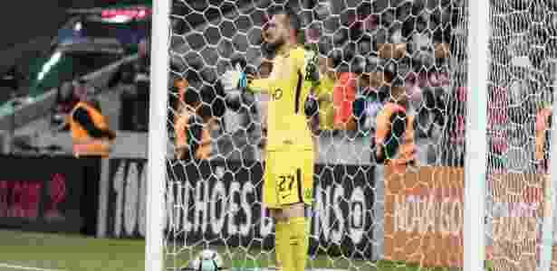 Walter salvou o Corinthians em pênalti cobrado por Nikão no primeiro tempo - Cleber Yamaguchi/AGIF