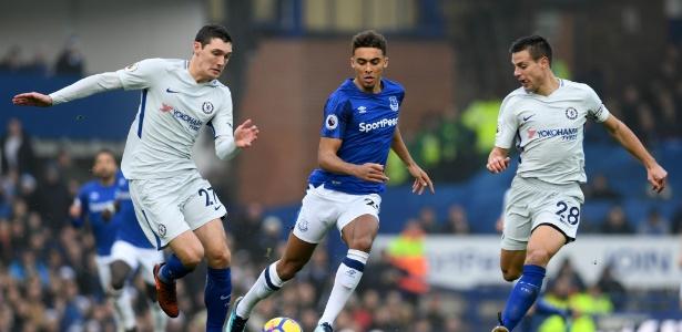 Jogadores do Chelsea em do Everton disputam bola durante partida deste sábado, em Liverpool