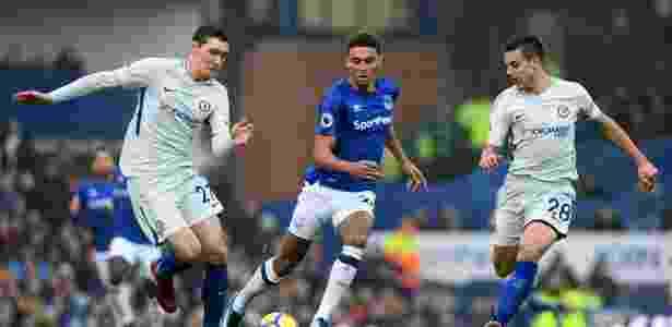 Jogadores do Chelsea em do Everton disputam bola durante partida deste sábado, em Liverpool - PAUL ELLIS/AFP