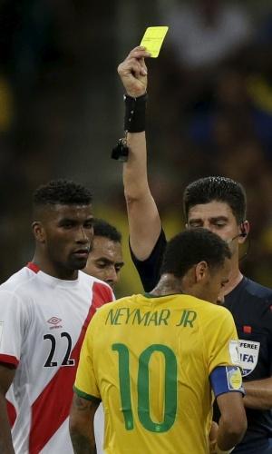 Neymar recebe o cartão amarelo durante jogo entre Brasil e Peru, pelas Eliminatórias para a Copa de 2014