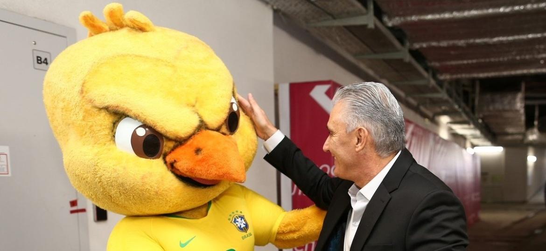 Canarinho e o técnico da Seleção Brasileira Tite; mascote não será visto nos jogos da Copa do Mundo - Reprodução/Twitter