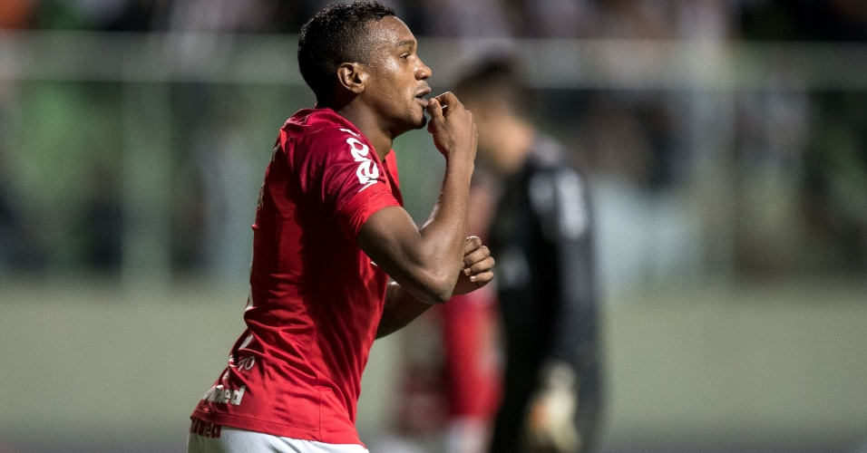 Edenílson comemora gol do Internacional contra o Atlético-MG no Independência