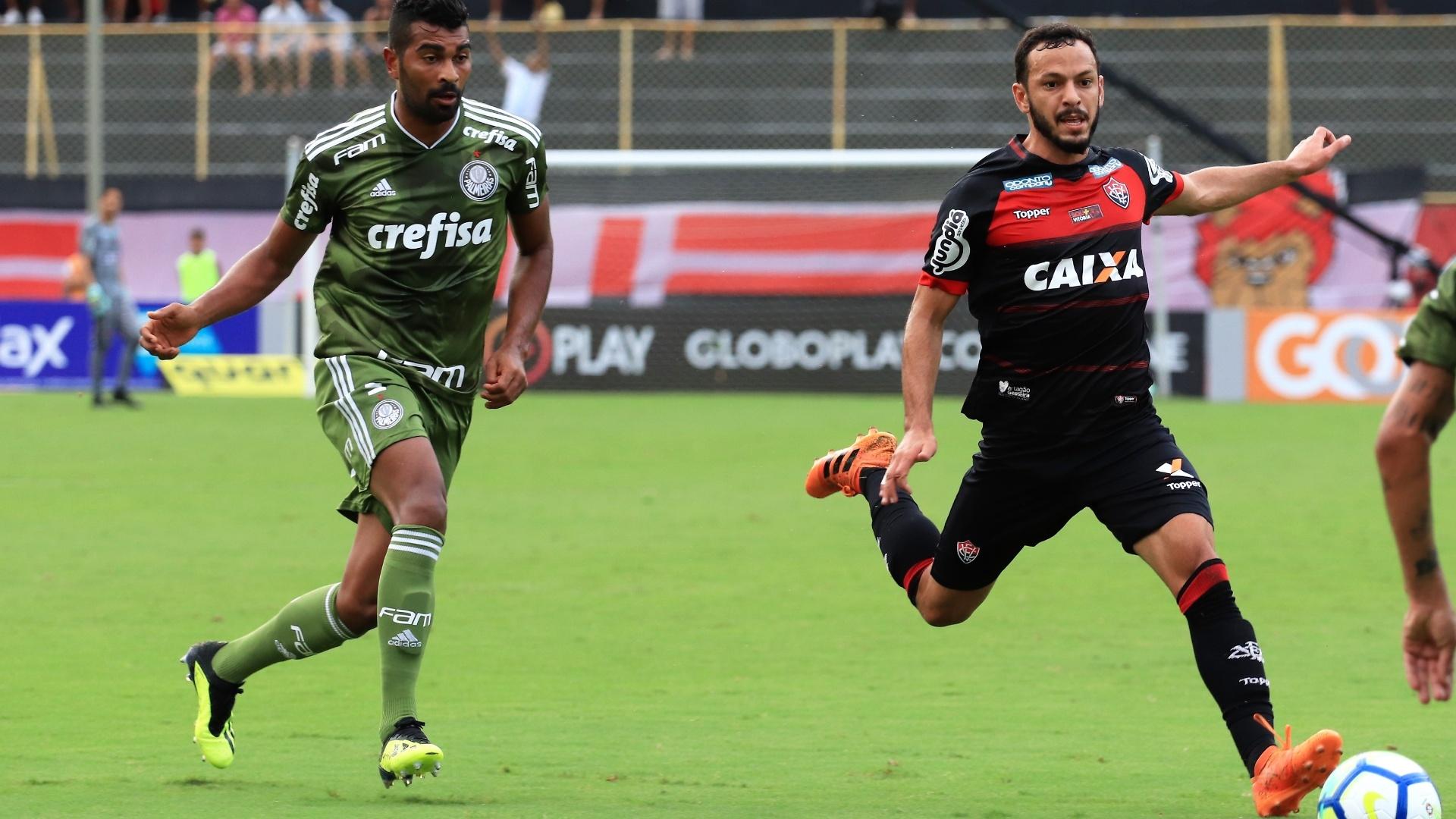 Yago passa pela marcação de Thiago Santos no jogo entre Vitória e Palmeiras
