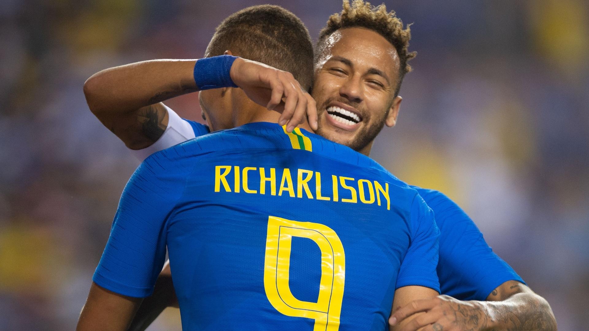 Neymar e Richarlison comemoram gol da seleção brasileira contra El Salvador