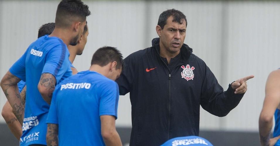 Fábio Carille orienta jogadores durante treino do Corinthians no CT Joaquim  Grava 03a7ed78ce6bd