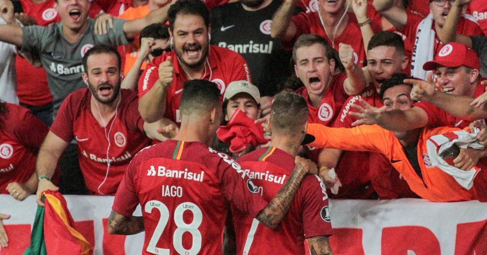 Torcida do Internacional comemora gol contra o Allianza Lima