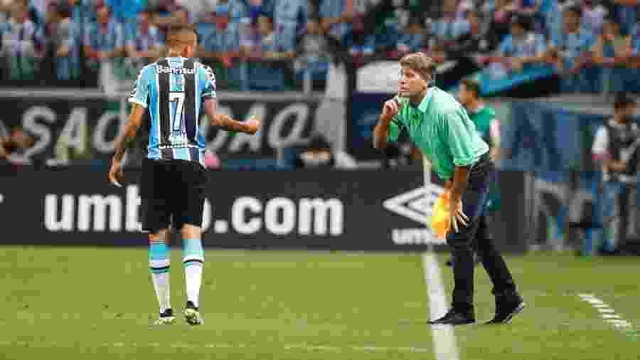 Técnico Renato Gaúcho passa orientação para Luan, que interessa ao Corinthians, em jogo do Grêmio - Lucas Uebel/Grêmio